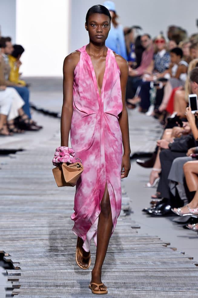 Think Pink: o rosa bombou na NYFW e nós elegemos os melhores looks da temporada